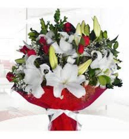 karışık lilyum ve kırmızı güller